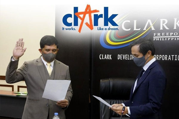 Vince Dizon (right), chair of the Clark Development Corp. (CDC), administers the oath of board member Manuel R. Gaerlan as the new president of the CDC during a regular board meeting held at the Clark Special Economic Zone in Pampanga on Thursday (Jan. 14, 2021). Gaerlan immediately met with the CDC team to set his plans in motion / CDC