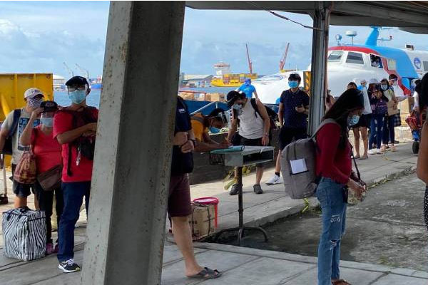 Fastcraft passengers from Iloilo City arrive at the Bredco port in Bacolod City in one of the recent trips after travel between the two cities resumed on Oct. 31, 2020 / PNA