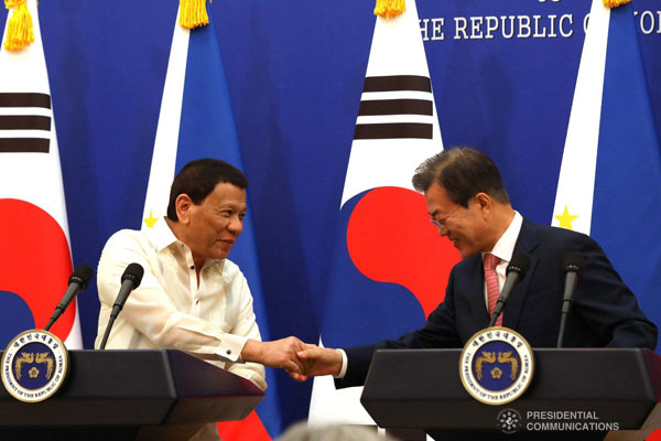 President Rodrigo Roa Duterte and Republic of Korea President Moon Jae-in shake hands after they declare their joint press statement following the successful bilateral meeting at the Blue House in Seoul on June 4, 2018 / PCOO